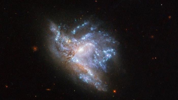 Una tormenta asola una galaxia en el espacio