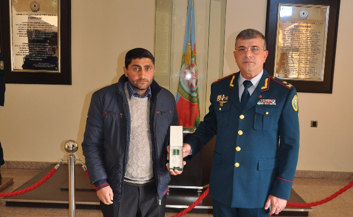 Şəhid sərhədçinin medalı atasına təqdim olundu - FOTOLAR