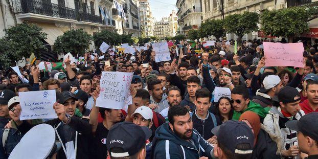 Contestation en Algérie:   des étudiants se rassemblent dans le centre d