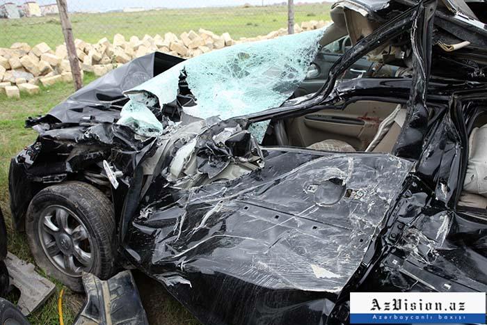 """""""Mercedes"""" yol ayrıcına çırpıldı, sərnişin öldü"""