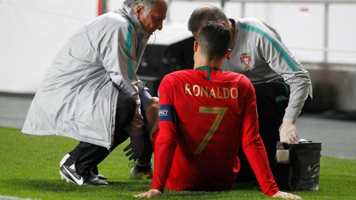 CR7 se retiró lesionado del partido de su selección y podría perderse los cuartos de final de la