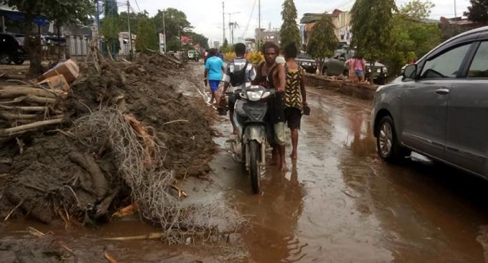 Indonesia eleva la cifra de muertos por inundaciones en Papúa