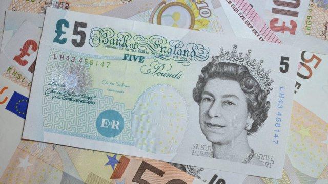 La livre britannique perd 1% face au dollar en pleine crise du Brexit