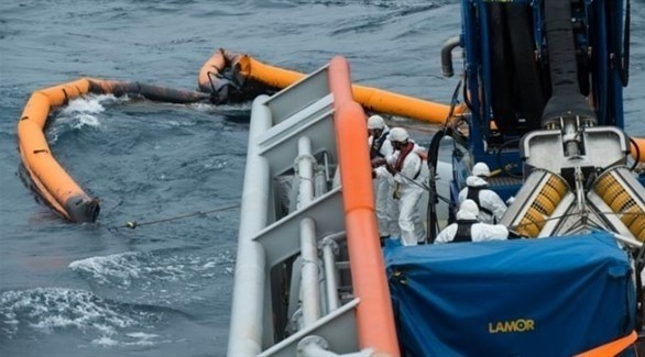 سفن فرنسية تحاول إزالة بقع نفطية في خليج بسكاي