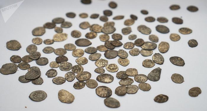Des chercheurs de trésors découvrent une fortune du XIVe siècle… dans un champ