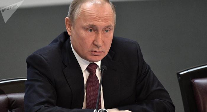 Une ancienne carte de visite qui aurait appartenu à Vladimir Poutine mise en vente