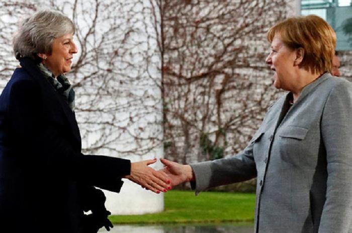 Mey Merkel və Makrondan kömək istəyir