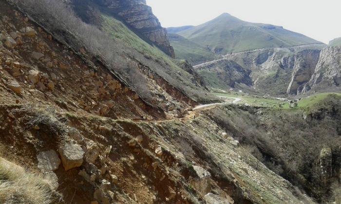 Quba-Xınalıq yoluna iri qaya parçaları düşüb, yol bağlanıb