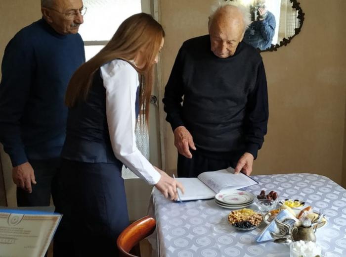 99 yaşlı sakinə evində çıxarış təqdim olunub