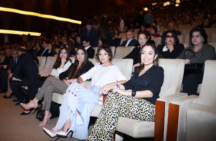 Mehriban Əliyeva qızları ilə konsertdə - FOTOLAR