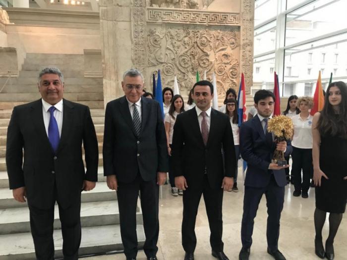 J-100 : Rome remet la flamme du Festival olympique de la jeunesse européenne à l'Azerbaïdjan