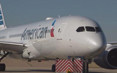 Pasajero molesto salta en EEUU del avión a la pista
