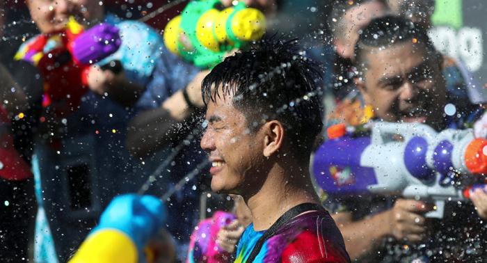 Los tailandeses celebran el año nuevo budista con una