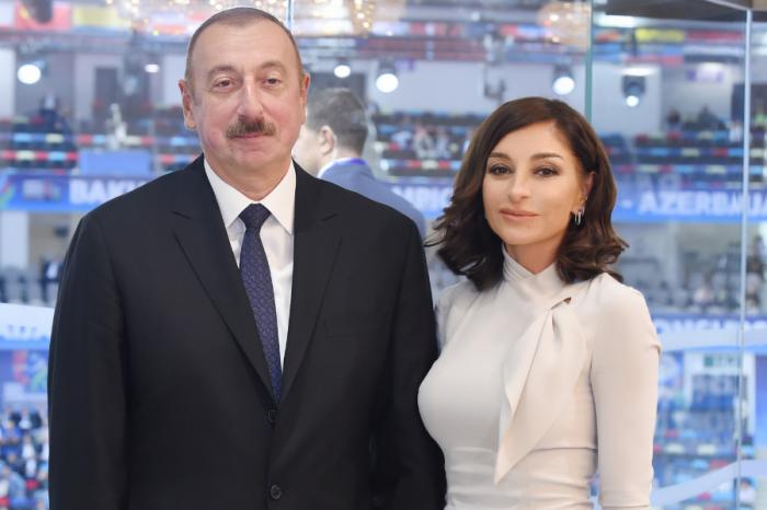 """Ilham Aliyev und Mehriban Aliyeva im rekonstruierten """"Neftchiler"""" Park in Baku."""