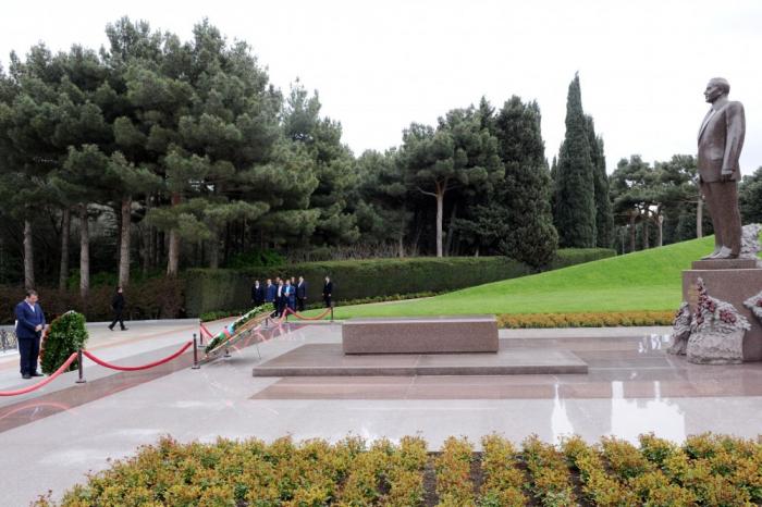 La délégation iranienne visite les allées d'Honneur et des Martyrs à Bakou