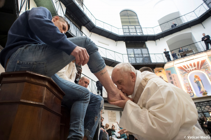 Pope washes feet of prisoners at Holy Thursday service