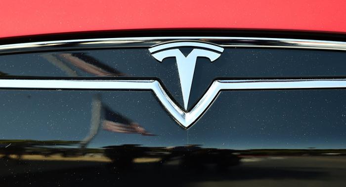 Ermittlung eingeleitet: Tesla-Auto explodiert auf Parkplatz in Schanghai –   VIDEO