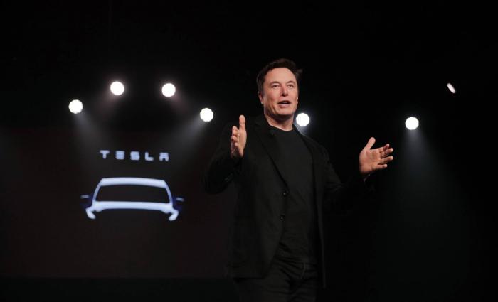 Musk cree que en dos años podrá hacer un coche sin volante ni pedales