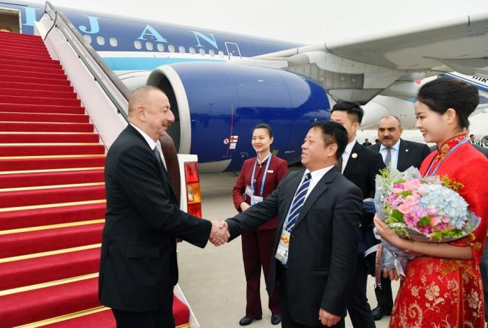 Präsident Ilham Aliyev kommt zu einem Arbeitsbesuch nach China