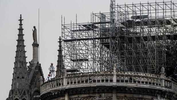 Los obreros fumaban en los andamios de Notre Dame