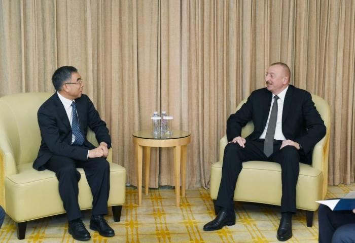 Präsident Ilham Aliyev traf in Peking mit dem Vorsitzenden von Huawei zusammen