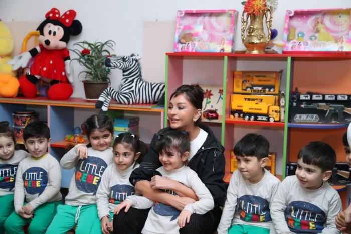 Mehriban Aliyeva visite certains établissements scolaires à Bouzovna et Merdékan
