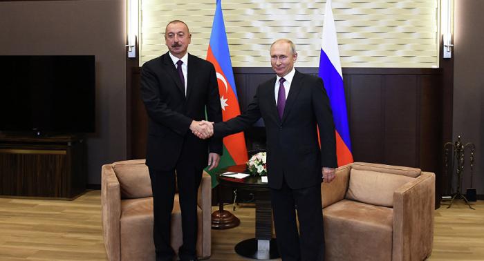 Aliyev y Putin se reúnen en Pekín