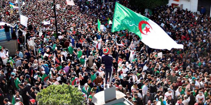 Algérie:   foule immense dans les rues du centre d