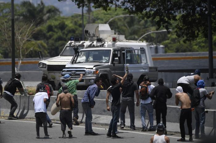 Caracas :   un véhicule blindé fonce sur un groupe de manifestants de l