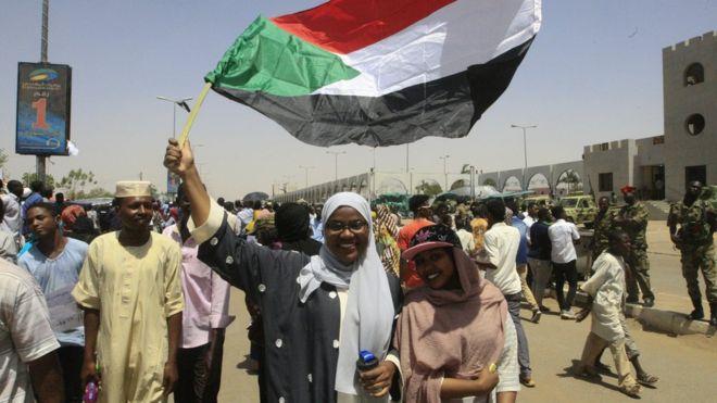 مظاهرات السودان: المجلس العسكري يعتقل أعضاء في حكومة عمر البشير السابقة