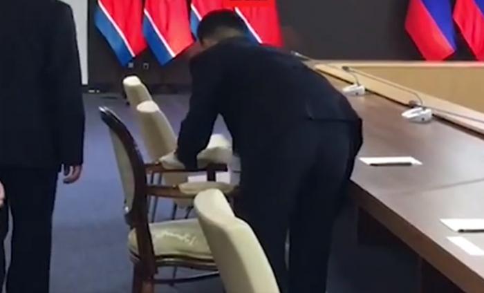 Putinlə görüşdən əvvəl stulu spirtlə sildilər - VİDEO