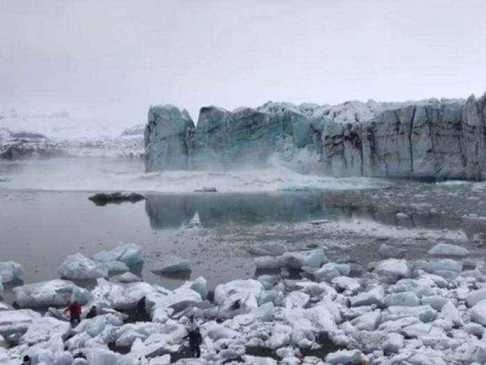 Tourists flee huge wave after glacier collapses in Iceland
