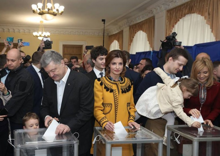 """""""Xalqın düzgün seçim edəcəyinə inanıram"""" - Poroşenko"""