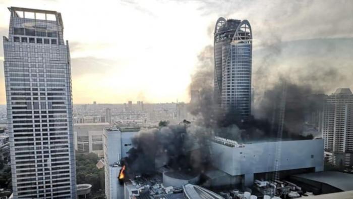 Un incendio se desata en un popular hotel de Bangkok con gente saltando del rascacielos