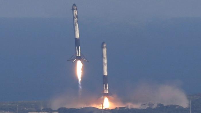 VIDEO:   SpaceX logra el aterrizaje exitoso por primera vez de los tres propulsores del cohete súper pesado Falcon Heavy