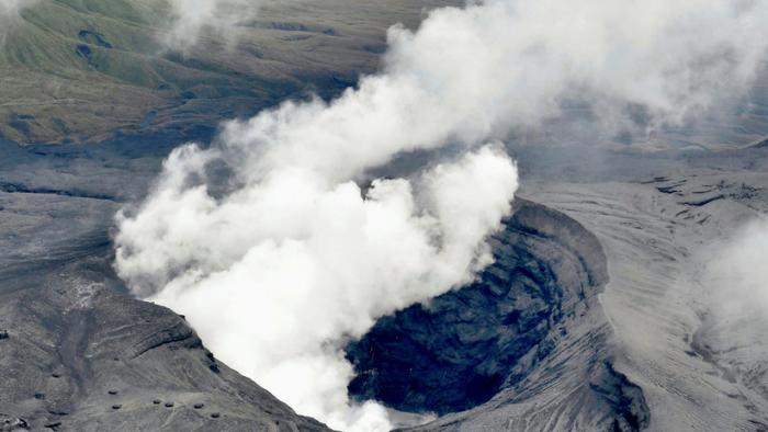 El volcán activo más grande de Japón entra en erupción por primera vez en dos años y medio