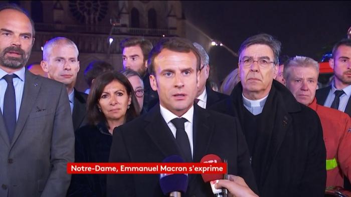 """""""Nous rebâtirons Notre-Dame"""" de Paris, promet Emmanuel Macron après l"""