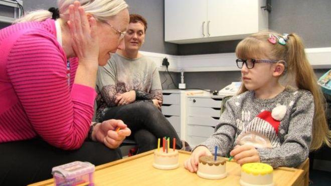 طفلة ولدت بدون أذن داخلية وعصب سمعي تسمع صوتها لأول مرة