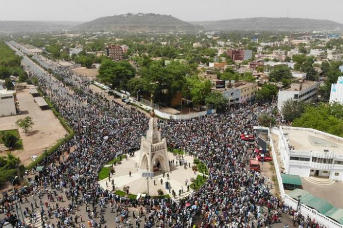 Des dizaines de milliers de Maliens manifestent contre le pouvoir et la France