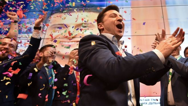 الممثل الكوميدي فولوديمير زيلينسكي يحقق فوزا كاسحا في الانتخابات الرئاسية الأوكرانية
