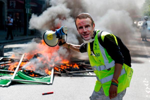 Emmanuel Macron bajará los impuestos y subirá las pensiones para cerrar la crisis de los chalecos amarillos