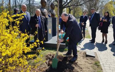 إلمار محمدياروف يزرع شجرة في بولندا -  صور
