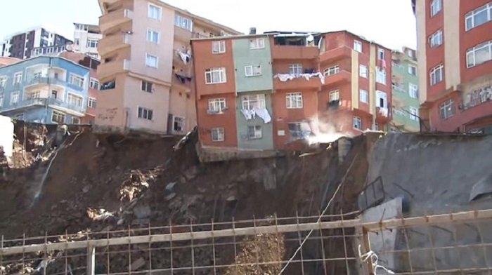 İstanbulda 4 mərtəbəli bina çökdü - VİDEO