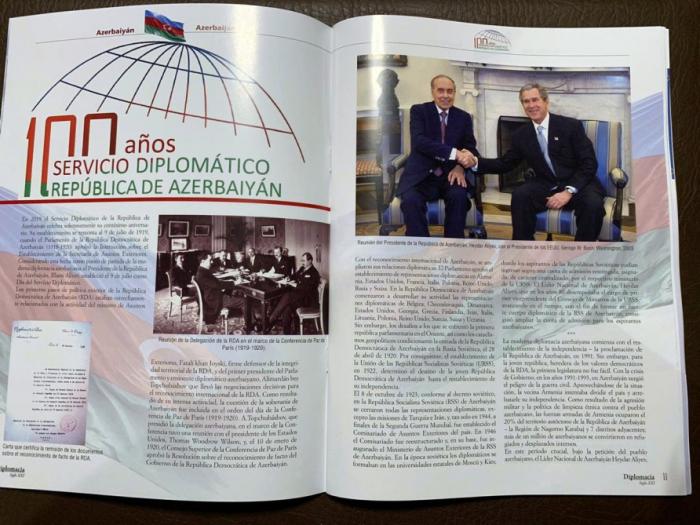 La revista española emite un artículo dedicado al centenario del servicio diplomático de Azerbaiyán