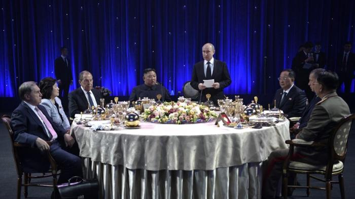 Putin Kim Çen Ina stəkan hədiyyə edib