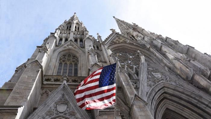 Un homme arrêté à la cathédrale de New York avec des bidons d