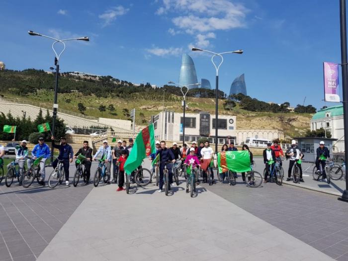 La Embajada de Turkmenistán en Bakú organiza una carrera de bicicletas deportivas