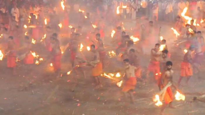 VIDEO  : Cientos de indios intentan prenderse en fuego unos a otros en honor a una diosa guerrera