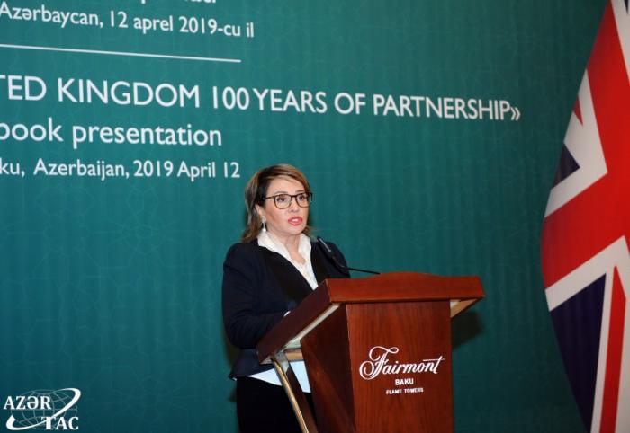 """Präsentation des Buches """"100. Jahrestag der Partnerschaft zwischen Aserbaidschan und Großbritannien"""" in Baku"""