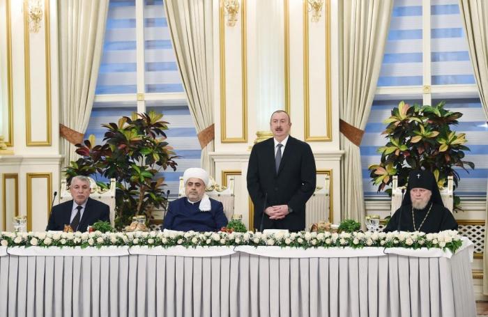 Presidente Ilham Aliyev asiste al Iftar-Fotos